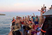 Uma experiência incrível numa festa no barco para os foliões poderem apreciar o pôr do sol do Algarve.
